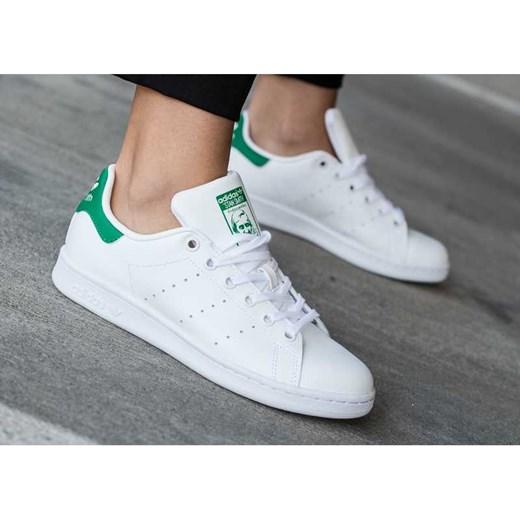 Buty sportowe damskie Adidas w stylu młodzieżowym wiązane