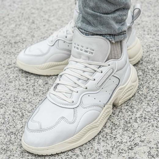 Buty sportowe męskie Adidas białe wiązane skórzane w Domodi