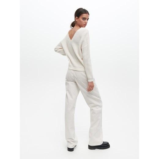 Sweter damski Reserved z dekoltem w serek Odzież Damska UX biały MKHF