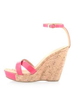 Czerwone lakierowane sandały na koturnie rozowy Primamoda