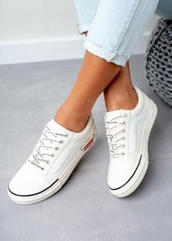 Białe trampki Converse, cena, ok. 249 zł Jakie buty warto