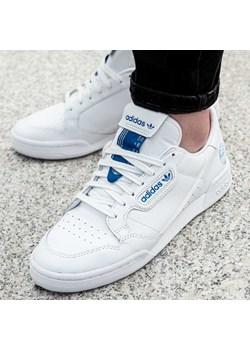 Białe trampki męskie adidas w wyprzedaży, lato 2020 w Domodi