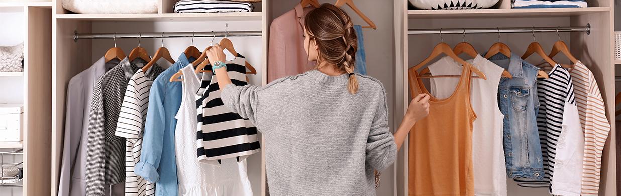 Capsule wardrobe - na czym polega? Jak zbudować szafę kapsułową? Oto zasady garderoby minimalistek!