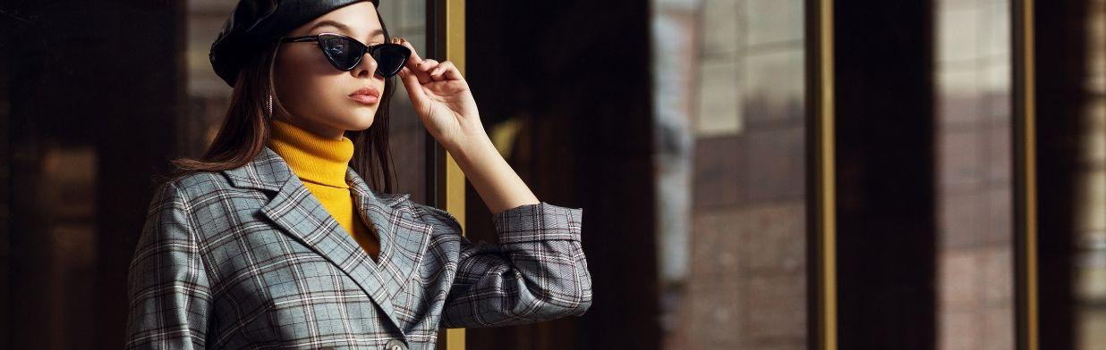 Jak nosić kratę tej jesieni? Stylizacje dla kobiet w każdym wieku