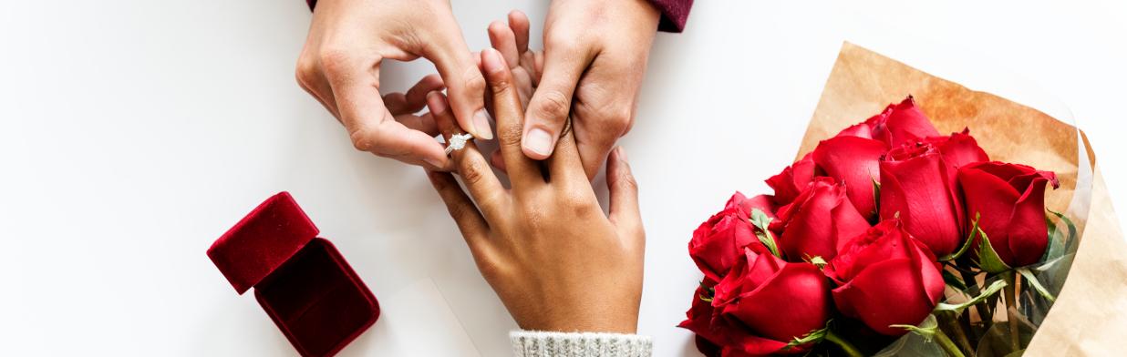 Na którym palcu nosić pierścionek zaręczynowy i obrączkę? Rozwiewamy wątpliwości