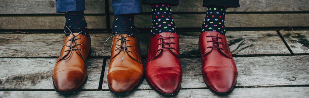 Śmieszne, kolorowe skarpetki męskie podbijają garderobę. Jakie wybrać i jak je nosić?