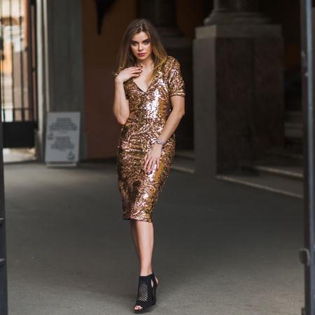 556c3916a9 I to nie tylko od święta. Projektanci proponują nosić połyskliwe elementy  stylizacji nawet na co dzień. Zatem odważnie! Welurowa sukienka i skórzana  kurtka ...