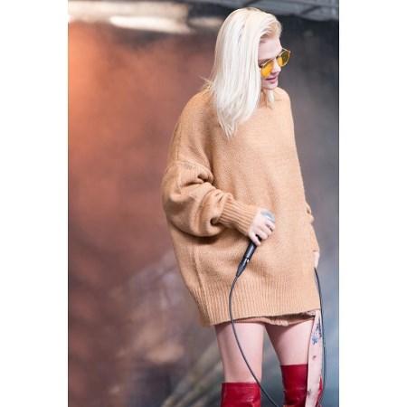e8f1b1bd1db1 Tak noszą je gwiazdy - ciepłe swetry na jesień! - Trendy w modzie w ...