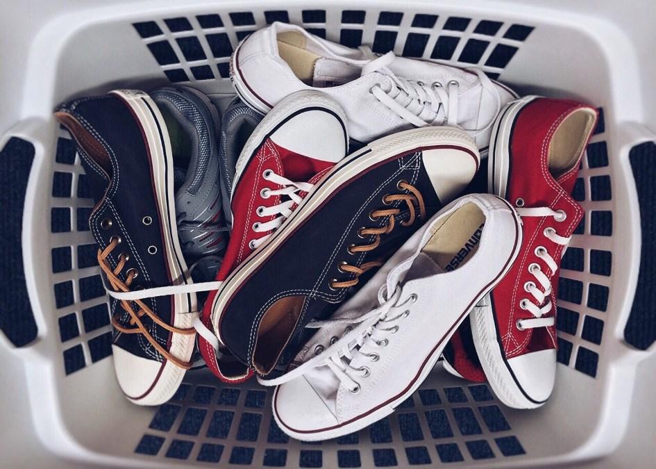 5b3410507da8d9 9 sposobów, jak wyczyścić białe trampki - Trendy w modzie w Domodi