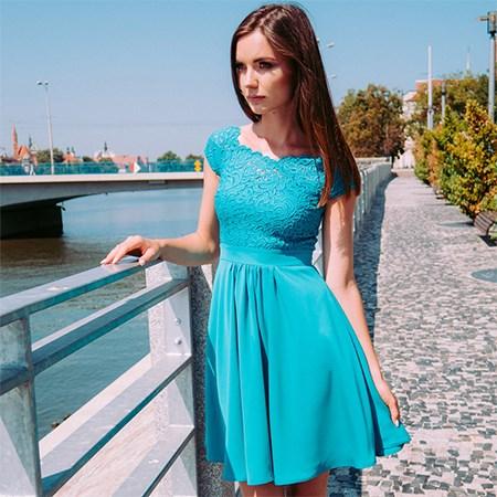 turkusowa sukienka z koronką