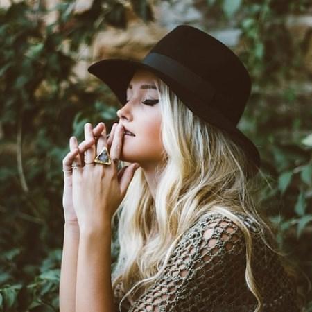jesienna stylizacja, jesienny kapelusz, biżuteria na jesień, złota biżuteria