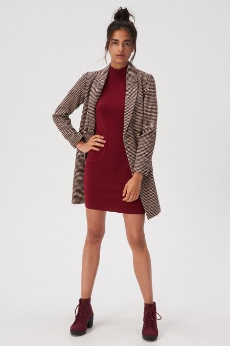 Dodatki Do Bordowej Sukienki Podpowiadamy Jakie Wybrac Trendy W Modzie W Domodi